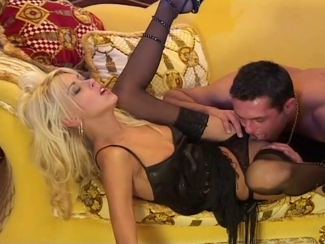 video de charme avec une blonde ultra sexy